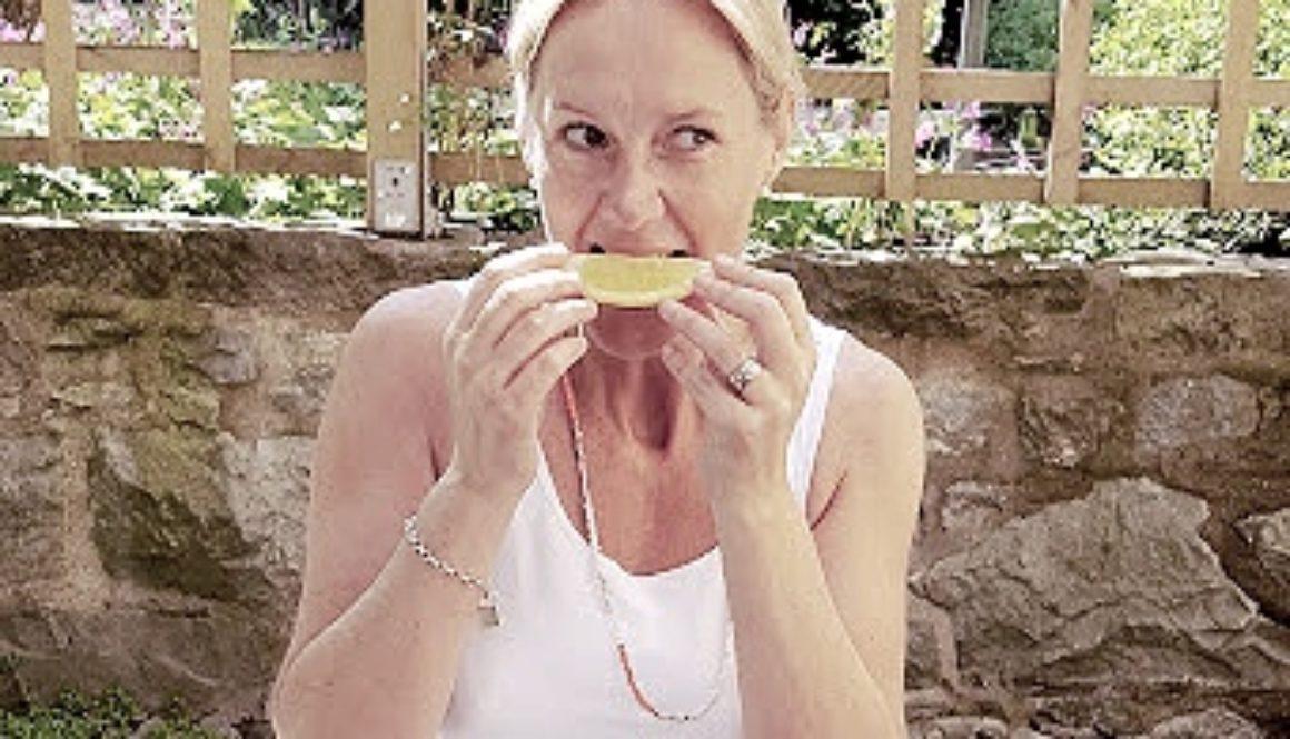 Vad händer i kroppen om du tänker att du biter i en sur citron?