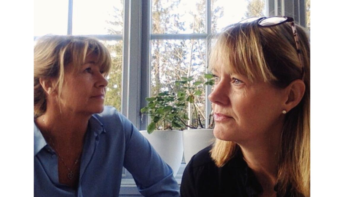 Ulrika och Anette sitt vid fönstret och reflekterar kring senaste avsnittet av Fredagsreflektionen