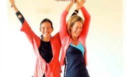 Ulrika och Ilona yogar. Det går sådär... för Ulrika